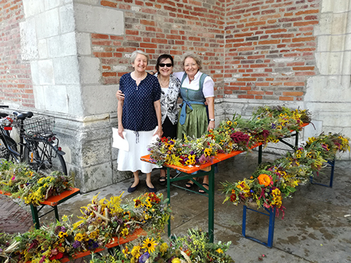 15.08.2018: Viele wunderbare Kräuterbuschen wurden gemeinsam gebunden und an Maria Himmelfahrt vor dem Münster verkauft.